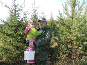 Володимир на тихе полювання вийшов з онукою. Настя допомагає дідові, складає у відерце видобуток