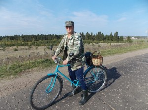 Швидко котить на велосипеді місцевий житель - тримає шлях в село Єжово.