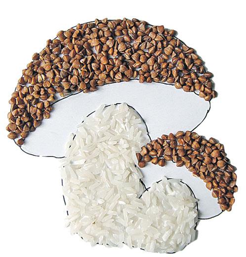 2. Намаж клеєм капелюшки та ніжки грибів і засип їх акуратно гречкою та рисом